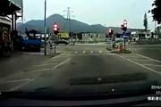 Ζευγάρι σώθηκε από θαύμα όταν αυτοκίνητο έπεσε πάνω στο φανάρι που περίμεναν