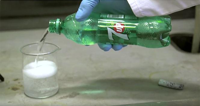 Δείτε τι συμβαίνει αν προσθέσεις μεταλλικό λίθιο σε ένα ποτήρι 7-Up