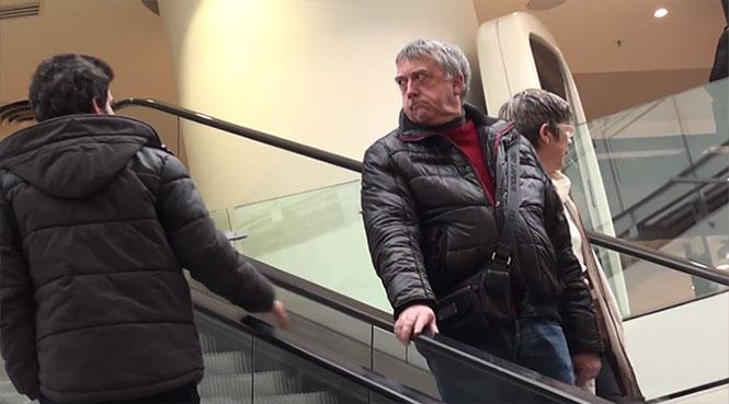 Ξεκαρδιστική φάρσα: Αγγίζοντας πονηρά το χέρι αγνώστων στις κυλιόμενες σκάλες
