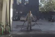 Διασκεδάζει σε πλυντήριο αυτοκινήτων