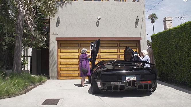 Δυο γιαγιάδες και μια Lamborghini