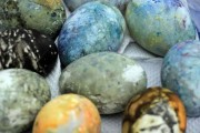 Οι άνθρωποι στην Ισλανδία βάφουν τα πασχαλινά αυγά τους με μια εντελώς ασυνήθιστη μέθοδο (13)