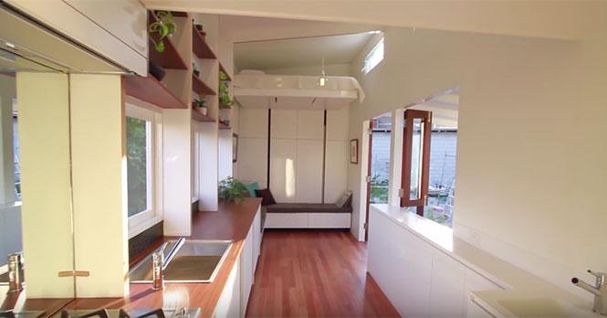 Το κρεβάτι σε αυτό το μικροσκοπικό σπίτι έχει ένα μοναδικό χαρακτηριστικό