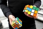 Αυτός ο τύπος μπορεί να λύσει 3 διαφορετικούς κύβους του Rubik κάνοντας παράλληλα ζογκλερικά