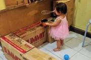 Μητέρα έφτιαξε μια απίστευτη κουζίνα από χαρτόκουτα για την κόρη της (1)