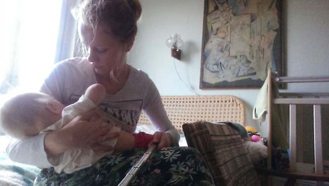 Νεαρή μητέρα καταγράφει την καθημερινότητα της με ένα selfie stick (3)