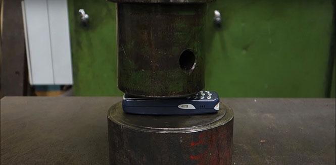 Nokia 3310 στην υδραυλική πρέσα