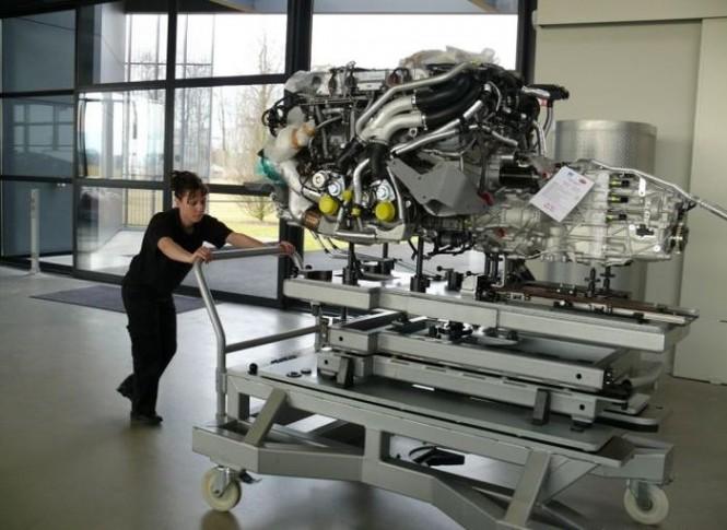 Μεταφέροντας έναν κινητήρα της Bugatti Veyron | Φωτογραφία της ημέρας