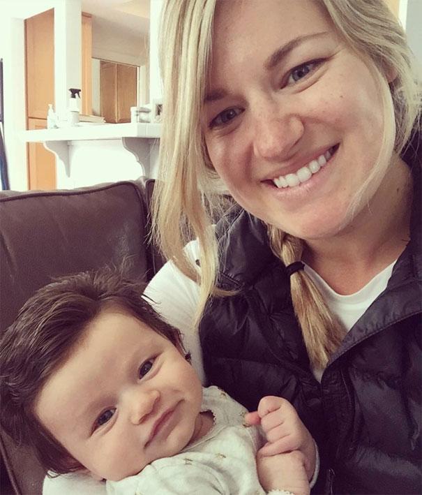 Το μωρό 2,5 μηνών που θυμίζει παρουσιαστή ειδήσεων | Φωτογραφία της ημέρας