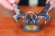 Πως να σπάσεις ένα λουκέτο με δυο γαλλικά κλειδιά
