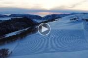 Ο Simon Beck κάνει 40.000 βήματα πάνω στο χιόνι για να σχεδιάσει εντυπωσιακά έργα τέχνης
