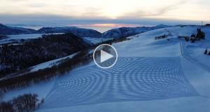 Ο Simon Beck κάνει 40.000 βήματα πάνω στο χιόνι για να σχεδιάσει εντυπωσιακά έργα τέχνης (Video)
