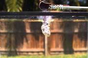 Τι συμβαίνει όταν ρίξεις καυτό αλάτι σε υγρή μορφή μέσα σε ένα δοχείο με νερό
