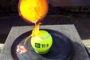 Τι συμβαίνει όταν ρίχνεις λιωμένο χαλκό σε μια μπάλα του τέννις