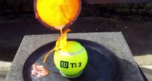 Τι θα συμβεί όταν ρίξεις λιωμένο χαλκό σε μια μπάλα του τένις (Video)