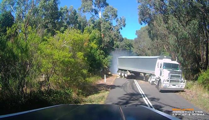 Ανεξέλεγκτη νταλίκα περνάει ξυστά από σταματημένο φορτηγό