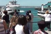 Ανεξέλεγκτο πλοίο προσέκρουσε σε προβλήτα γεμάτη με κόσμο