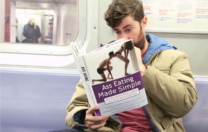 Διαβάζοντας βιβλία με εξωφρενικούς τίτλους στο μετρό