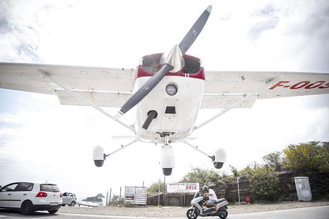 Φωτογράφος παραλίγο να χτυπηθεί από αεροπλάνο για μια φωτογραφία (2)