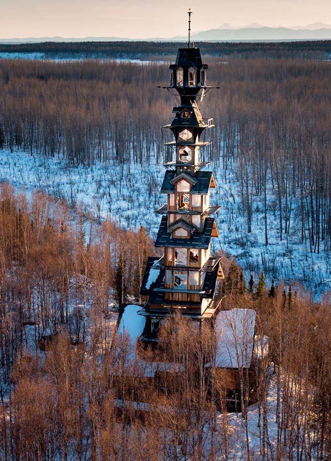 Κατασκεύασε μόνος του μια καλύβα ύψους 55 μέτρων στην Αλάσκα (2)