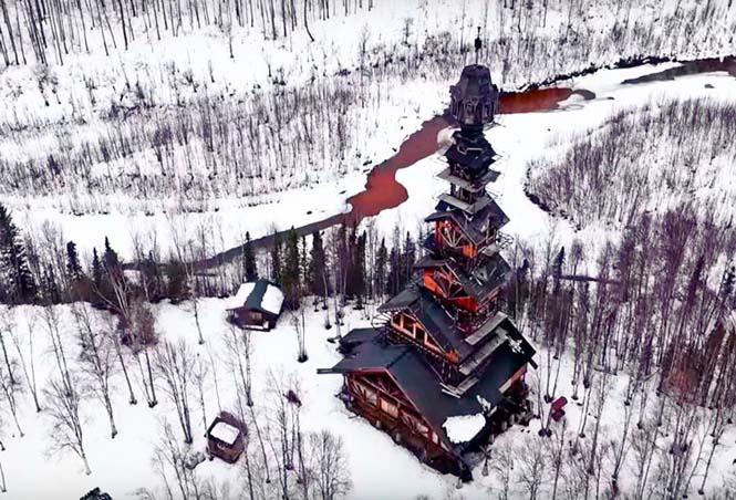 Κατασκεύασε μόνος του μια καλύβα ύψους 55 μέτρων στην Αλάσκα (3)