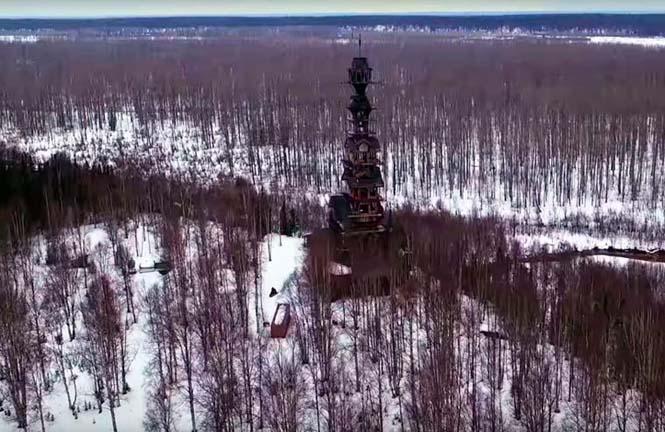 Κατασκεύασε μόνος του μια καλύβα ύψους 55 μέτρων στην Αλάσκα (4)