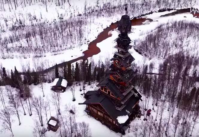 Κατασκεύασε μόνος του μια καλύβα ύψους 55 μέτρων στην Αλάσκα (7)