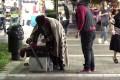 Κοινωνικό πείραμα στους δρόμους της Αθήνας αποκάλυψε το συγκλονιστικό μεγαλείο ψυχής ενός αστέγου (Video)