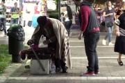 Κοινωνικό πείραμα στους δρόμους της Αθήνας αποκάλυψε το συγκλονιστικό μεγαλείο ψυχής ενός αστέγου