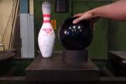 Κορίνα και μπάλα του Bowling στην υδραυλική πρέσα