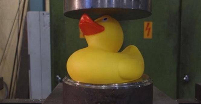 Λαστιχένιο παπάκι στην υδραυλική πρέσα
