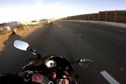 Μοτοσικλετιστής γλιτώνει την τελευταία στιγμή από καραμπόλα