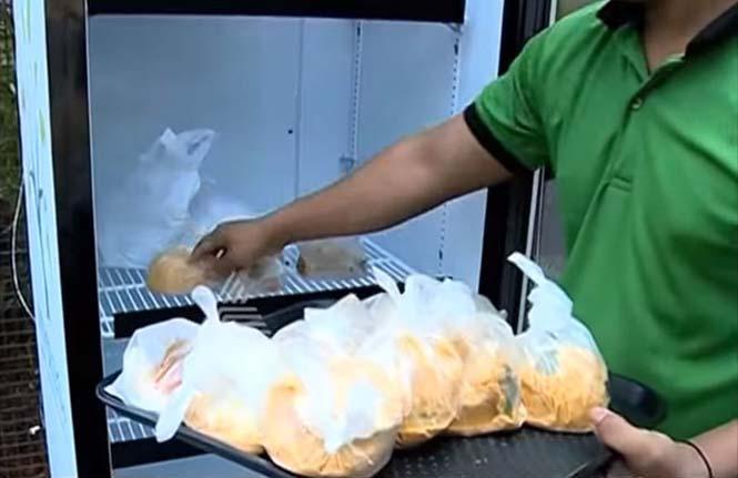 Εστιατόριο τοποθέτησε ψυγείο στο δρόμο για να τρώνε όσοι έχουν ανάγκη (6)