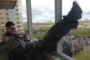 Η ασφάλεια έρχεται πρώτη όταν εργάζεσαι έξω από μπαλκόνι στον 20ο όροφο (1)