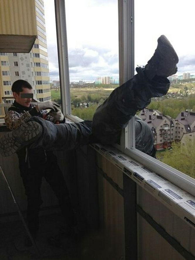 Η ασφάλεια έρχεται πρώτη όταν εργάζεσαι έξω από μπαλκόνι στον 20ο όροφο (2)
