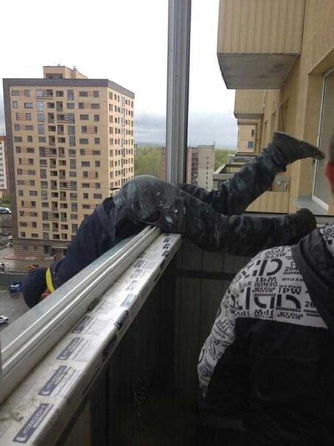 Η ασφάλεια έρχεται πρώτη όταν εργάζεσαι έξω από μπαλκόνι στον 20ο όροφο (3)