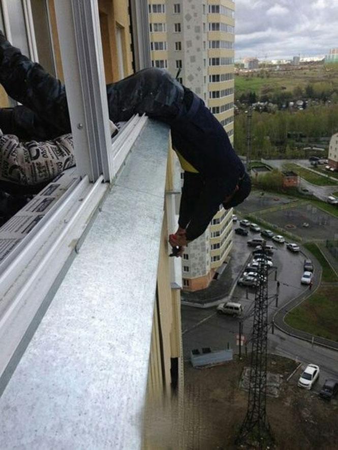 Η ασφάλεια έρχεται πρώτη όταν εργάζεσαι έξω από μπαλκόνι στον 20ο όροφο (4)