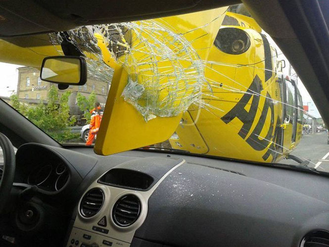Ελικόπτερο προσγειώθηκε στο παρμπρίζ αυτοκινήτου (3)