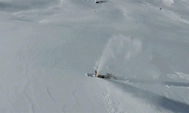 Δείτε πως τα γιγάντια εκχιονιστικά μηχανήματα ανοίγουν τους δρόμους μέσα από τρομακτική ποσότητα χιονιού