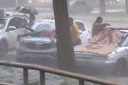 Γυναίκα προσπαθεί απεγνωσμένα να προστατεύσει το αυτοκίνητο της από χαλάζι