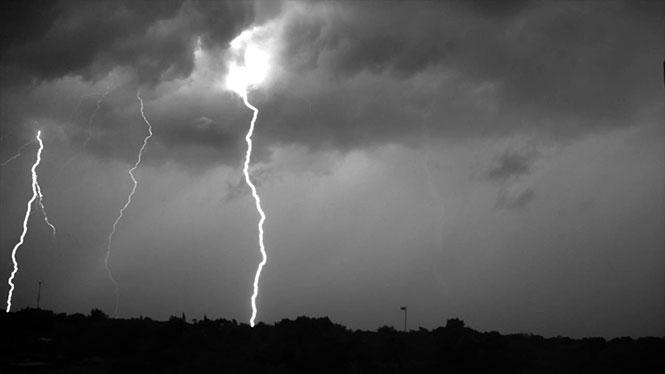 Καταιγίδα με κεραυνούς σε super slow motion