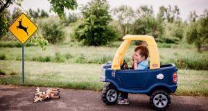 Μπόμπιρας και το αυτοκινητάκι του σε καταστάσεις για μεγάλους