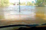 Οδηγώντας ένα Landcruiser μέσα σε μια λιμνούλα