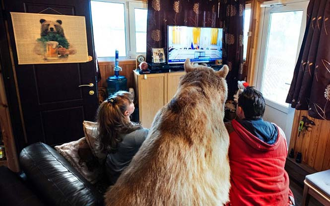 Ζευγάρι από την Ρωσία ζει με μια αρκούδα εδώ και 23 χρόνια (4)