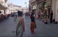 Ενθάρρυνε την κόρη του να χορέψει στη μελωδία ενός μουσικού του δρόμου και το αποτέλεσμα είναι μαγευτικό