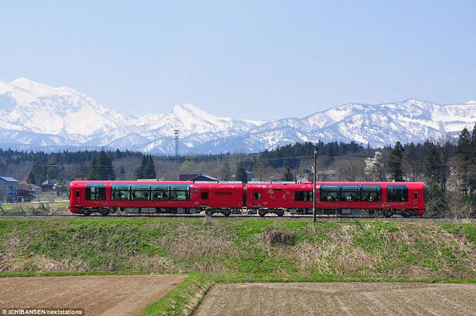 Το εκπληκτικό «γυάλινο» τρένο της Ιαπωνίας που προσφέρει μοναδική θέα (3)