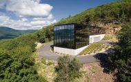 Μοντέρνο γυάλινο σπίτι στη μέση ενός δάσους (1)