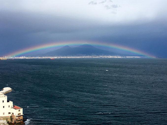 Τέλειο ουράνιο τόξο πάνω από τον Βεζούβιο | Φωτογραφία της ημέρας