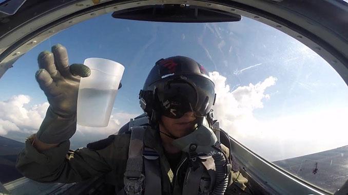 Πίνοντας ένα ποτήρι νερό μέσα σε μαχητικό αεροσκάφος