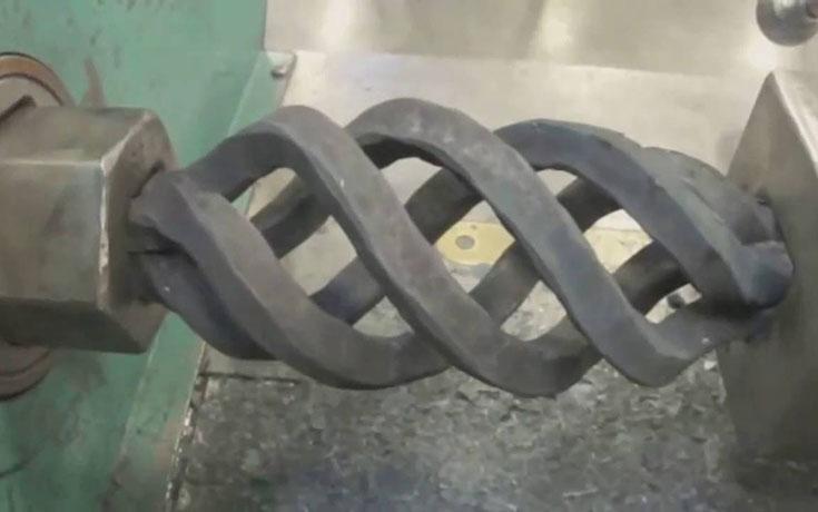 Αυτό το βίντεο με εργοστασιακά μηχανήματα θα σας κάνει να κολλήσετε